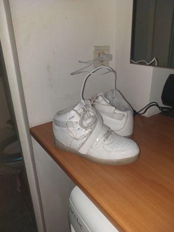 Adidasi gheata albi cu lumini