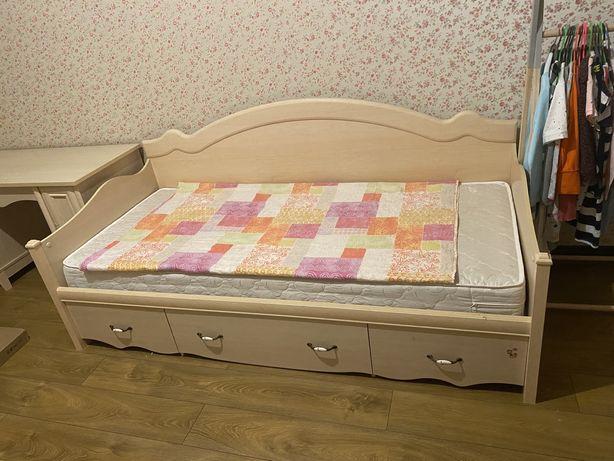 Кровать с матрасем