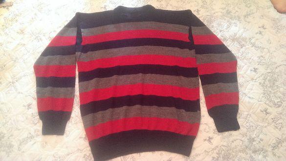 Мъжки пуловер на сини, червени и сиви райета