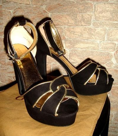 Новые роскошные туфли, соответствующий 41-ый размер