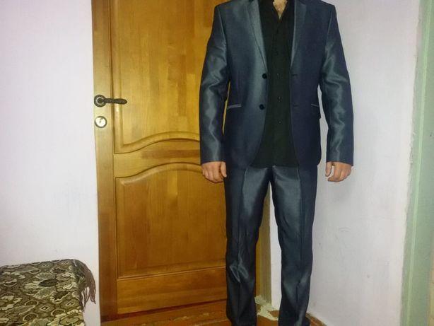 Мужской костюм в хорошем состоянии