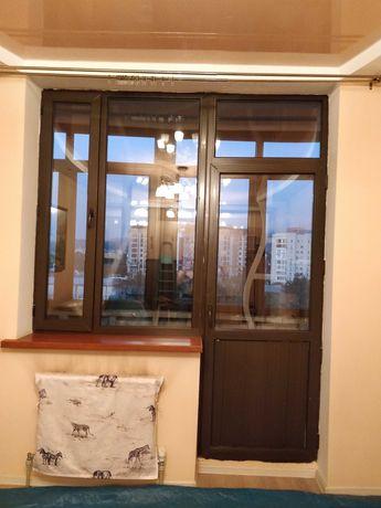 Балконная пара: пластиковые окна и двери, коричневые