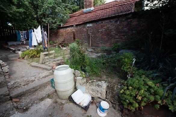 Самостоятелен парцел със стара къща в кв. Ялта в град Русе