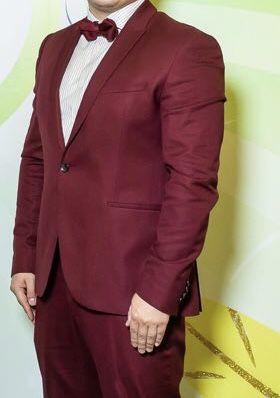 Мужской классический брючный костюм бордового цвета zara