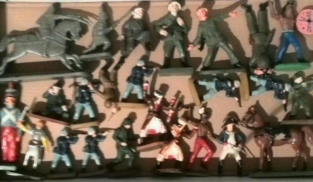 Vând sau schimb figurine vechi din perioada comunismului.