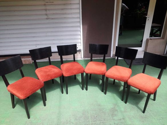 Тапицирани столове с червена дамаска