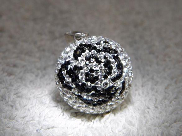 красива сребърна топка с бели кристали сваровски и оникси,просто преле