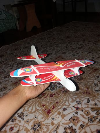 Продаю самолетики с электромоторчиком,летает сам по кругу и постепенно