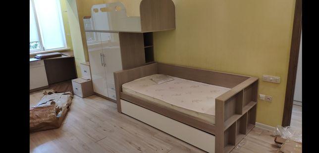 Детская кровать и шкаф