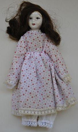 порцеланова кукла с тъжно лице