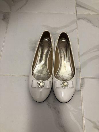 Продам белые балетки