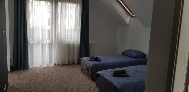 Inchiriez 13 camere noi cu baie,mobilate in Cristian Bv pe termen lung