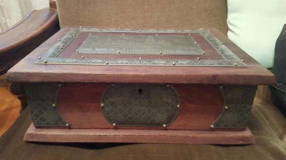 Дървена старинна кутия от Полша.