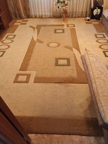 Продаю ковёр  4*3 метра в отличном состоянии.