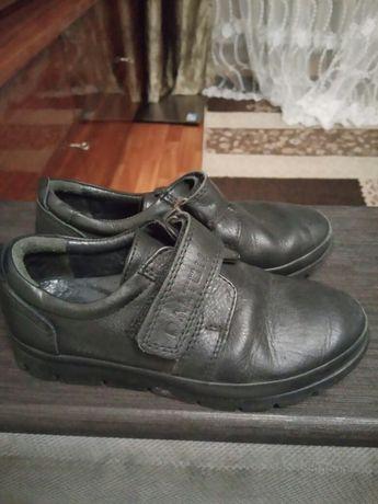 Продам деткие черные кожаные туфли 29 размер от 4 до 6 лет