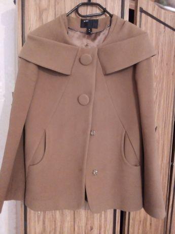 Короткое пальто и чёрное платье