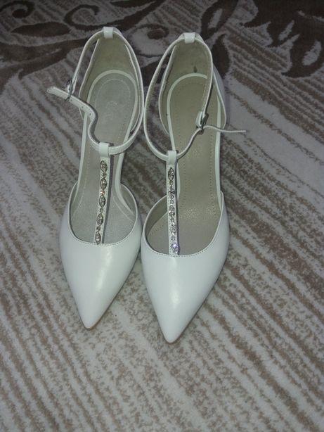Pantofi noi din piele!
