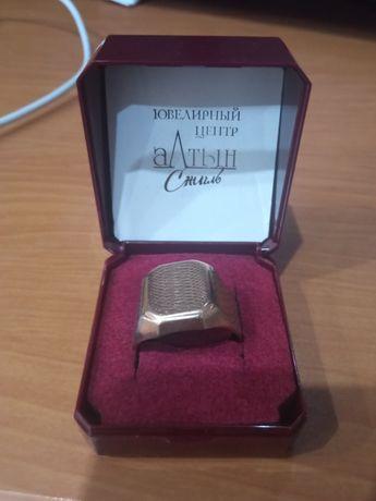 золотой перстень с плавом платины