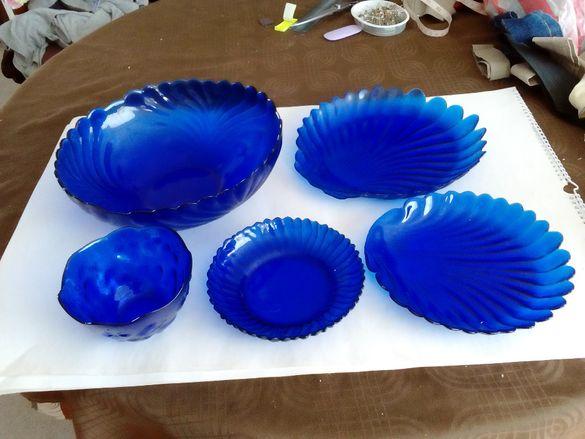 Сервиз от кобалтово синьо стъкло