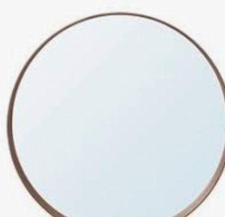 Круглое зеркало на ванной