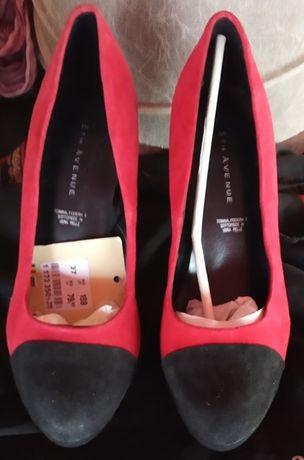 Обувки в червено на върха с черно: