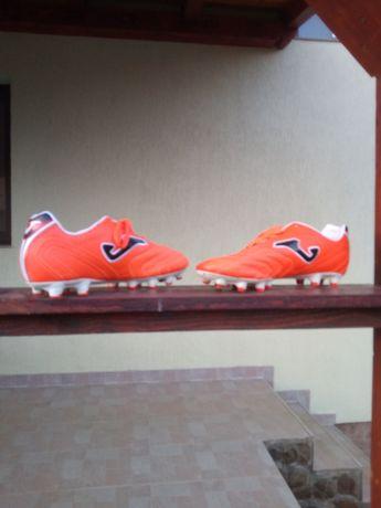 Vând pantofi de fotbal
