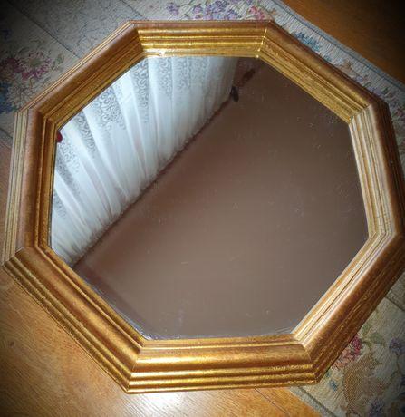 Oglinda de perete, rama din lemn auriu.