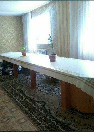 Вместительный гостевой стол