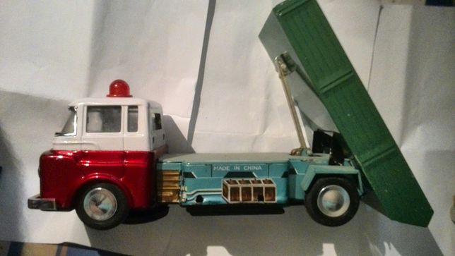 Vând sau schimb jucărie camion(lipsă roți mici,bena se ridică ajutată)