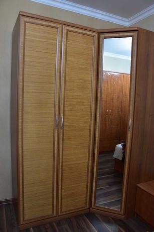 Угловой шкаф с зеркалом и шкаф для одежды из дерева