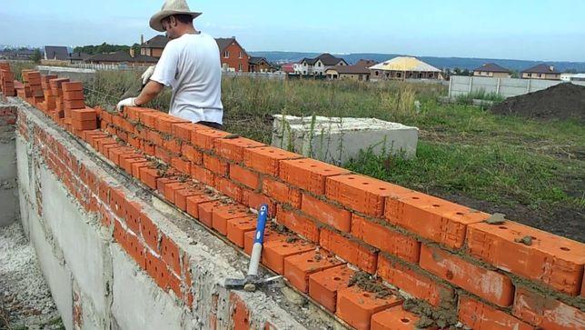 Делаем кладку, фундамент, шпаклевку, крышу, двери, полы, стяжку, обои
