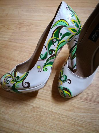 Pantofi pictați manual