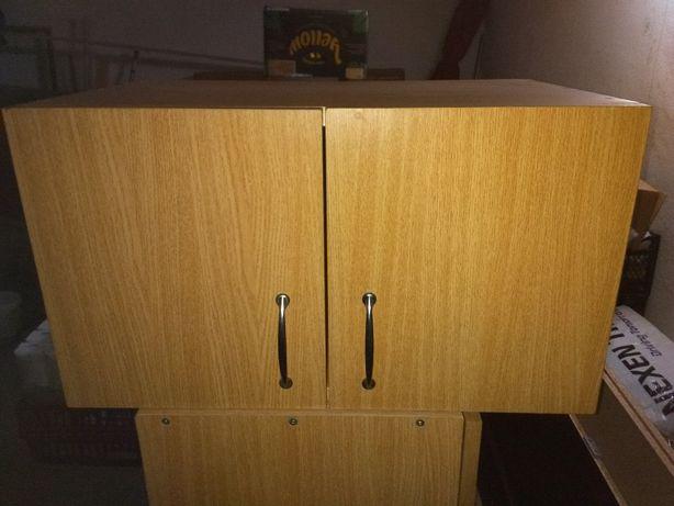 Vând separat dulăpiorul cel mic , poziționat deasupra dulapului .