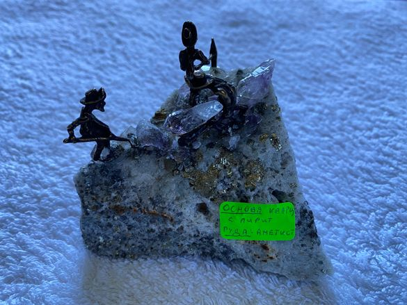 Метални фигурки на минерали