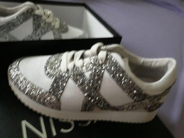 Pantofi noi,albi cu inserții argintii din piele