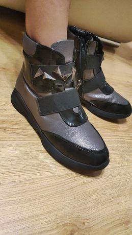 Отдам за 5000 т. Детская обувь 35 размер ( маломерят)