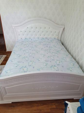Продам кровать комод тумбочку