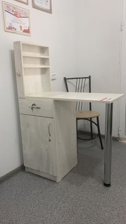Продается маникюрный стол (2), зеркало, стулья