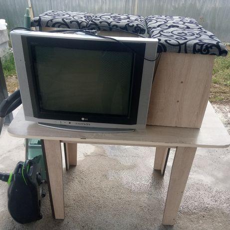 Телевизор, стол и стуля, пол сүртетін