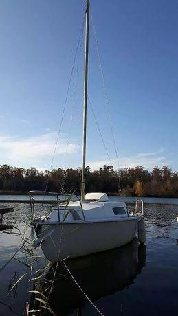 Vand barcă cu pânze cu peridoc recent adusa