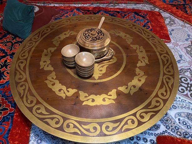 Деревянный стол и посуды