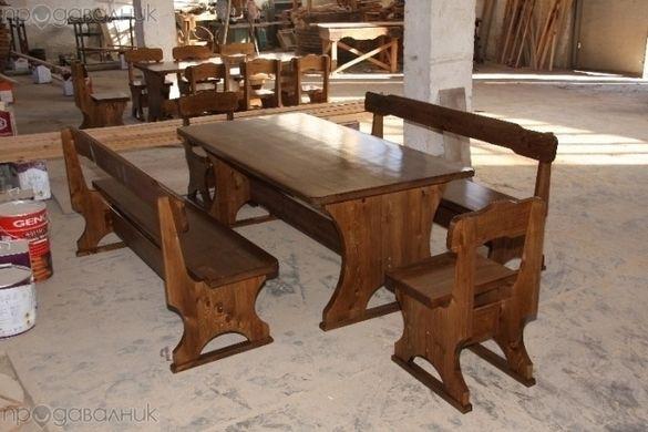 Дървени маси и пейки.