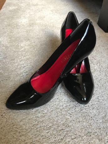 Обувки на ток, черен лак с червена подметка