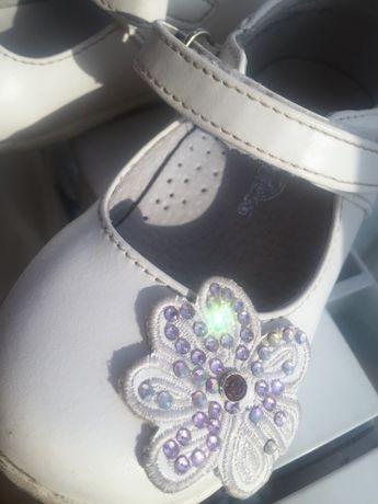 Нарядные белые туфельки 23 размера