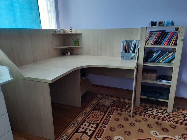 Стол угловой и полки для книг