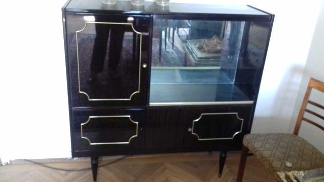 Piesa de mobilier din lemn lacuit cu vitrina si dulapioare