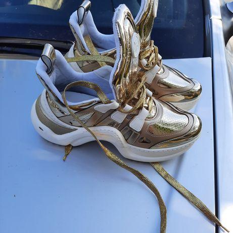 Adidasi Aurii aproape noi