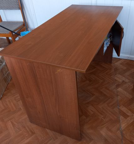 Офисный письменный стол коричневого цвета.с ящиком ,в хорошем состояни
