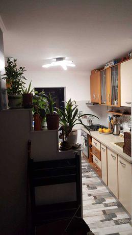 Vind apartament cu 2 camere , etaj 1 ,str Rozelor Mangalia .