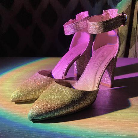 Женские блестящие туфли